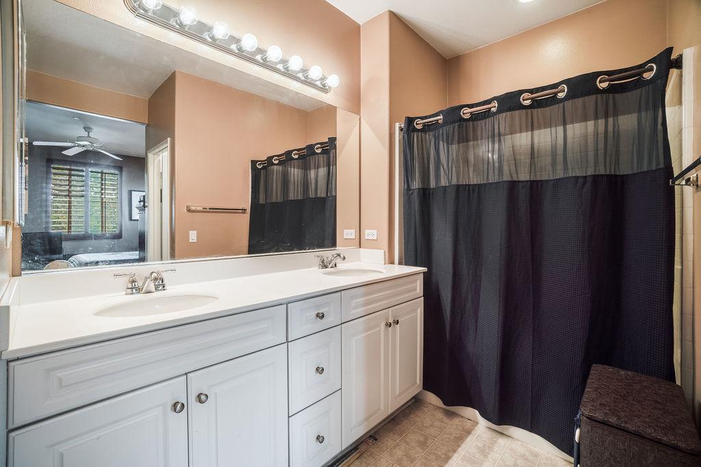 Camposa interior photo of bathroom